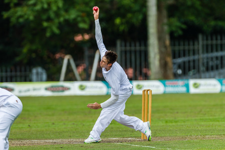 Cricketbowler bowlen op de snelheid in de richting van batsman tijdens spel Westville speelt Durban Boys High School 1 Teams derby