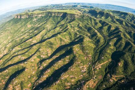 Air vogelperspectief vliegen duizend vallei heuvels met leefgebied huizen over de kleurrijke landschap