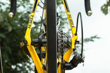 handle bars: Manillar de la bicicleta de vuelta engranajes marco Pedales detalle del equipo de moto