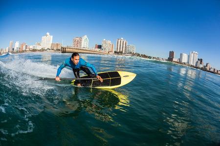 Surfen Surfer sup board water actie van dichtbij op North Beach Durban Stockfoto