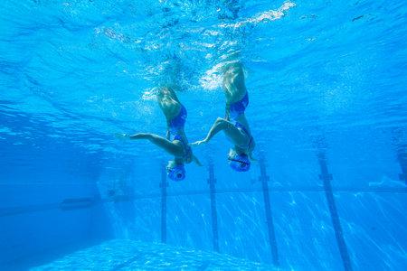 Meisjes Synchroon zwemmen in water actie Stockfoto - 27268123