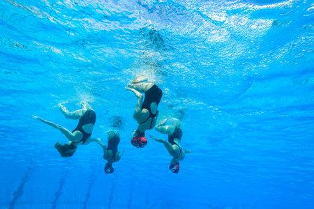 Meisjes Synchroon zwemmen in water actie Stockfoto - 27268093