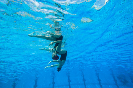 Meisjes Synchroon zwemmen in water actie Stockfoto - 27268094