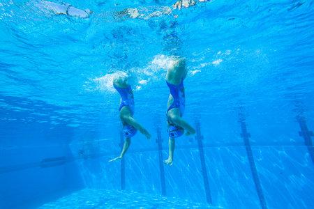 Meisjes Synchroon zwemmen in water actie