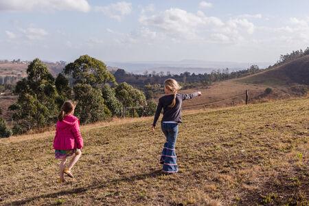 campagne rural: Les jeunes filles marcher � explorer dans la r�serve naturelle de la campagne rurale Banque d'images