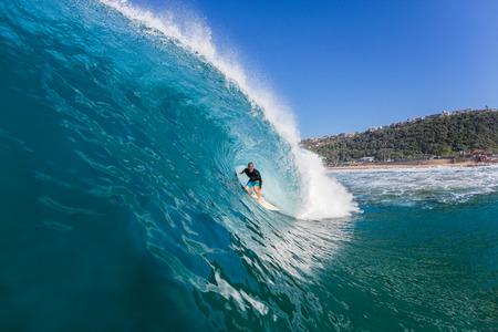 the granola: Navegar por paseos de metro surfista dentro olas del océano de agua azul grande