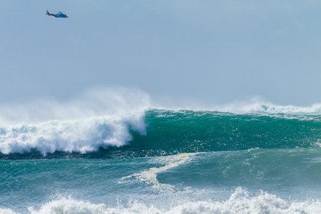 breaking out: Ocean hincha onda tormenta se estrell� en el mar rompiendo con el helic�ptero de rescate en el marco de la foto