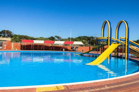 Schwimmbad Stufen und Rutsche im Freien