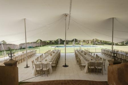 Tent decor eettafels stoelen diner bestek outdoors partij viering op prive-woning Stockfoto
