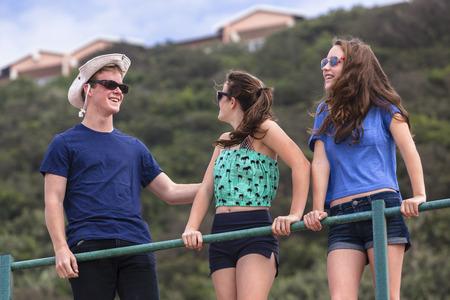 socializando: Muchachas de los adolescentes niño hablando socialización habla en vacaciones de verano en la playa hablan risa