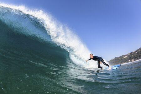 Surfen surfer binnen rijden concentreren closeup blauwe holle golf zwemmen foto van water actie