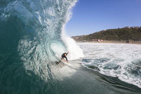 Surfen surfer in actie close-up van water op een blauwe holle oceaan golf.
