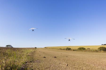 campagne rural: Voler ULM pilotes passagers d�collage et l'atterrissage sur la piste en herbe paysage rural