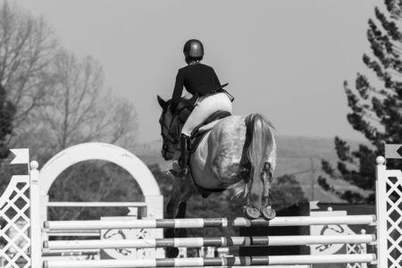 femme a cheval: Rider femme cheval mesures spectacle équestre de saut vintage noir et blanc.