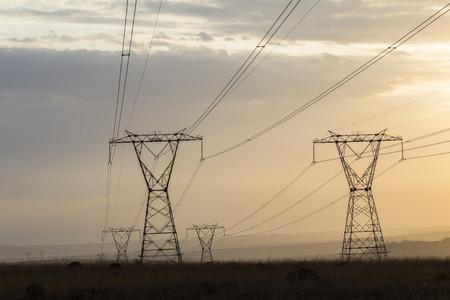electricidad: Cable Electricidad torres estructuras sobre un entorno rural Foto de archivo
