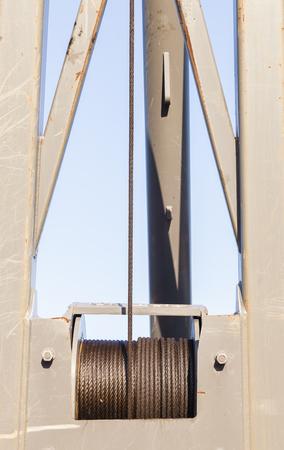 poleas: gr�a de la longitud del cable de acero industrial alrededor del tambor de polea engrasados ??para la protecci�n y el desgaste. Foto de archivo