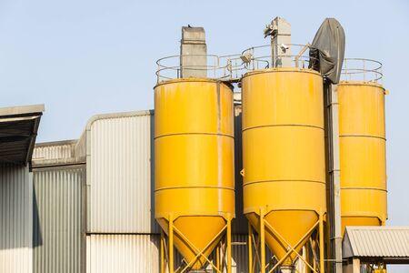 Silos gelb Metallstrukturen für rohe Mischprodukt Materiallager.