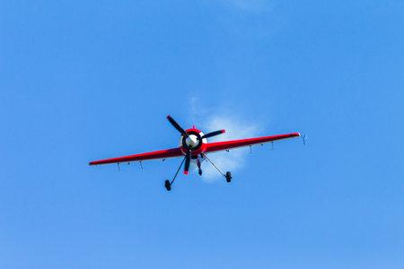 acrobatics: Aviones piloto de avi�n de acrobacias en el vuelo de acci�n. Editorial