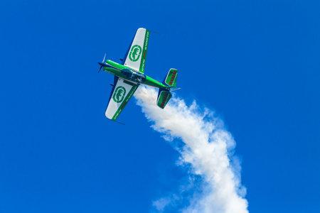 the acrobatics: Aviones piloto de avi�n de acrobacias en el vuelo de acci�n. Editorial