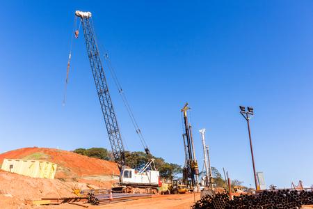 torres de alta tension: Grúas de construcción pilones nuevas obras viales nudo de comunicaciones