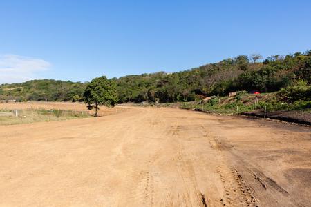 Nieuwe weg grondwerken bouw lay-out pinnen markeringen op industriële wegenbouw.