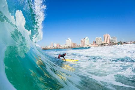 Surfen strandwachten op de redding paddle ski's closeup water actie North Beach Durban Zuid-Afrika.