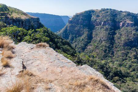 계곡 언덕을 향해 바위 절벽 난 간을 내려다 보이는 Kloof 협곡 시골 등산 풍경 등산.