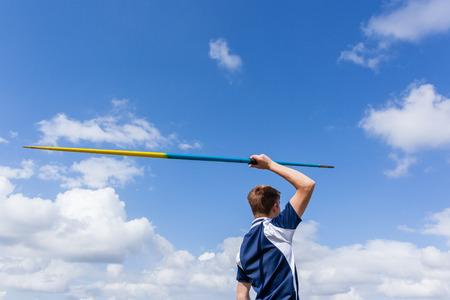 Atleta que lanza lanza jabalina contra el cielo azul Foto de archivo - 85114102