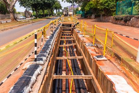 Constructie Er werden elektrische nieuwe hoogspanningskabels geïnstalleerd in ondergrondse sleuven.
