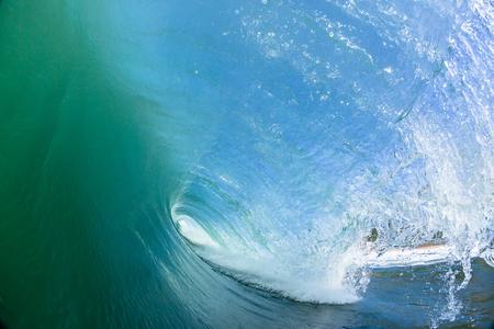 Ozeanschwimmwasserfoto innerhalb der hohlen zusammenstoßenden Welle.