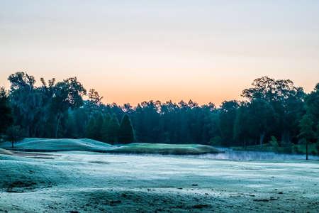 日の出の空のゴルフ コース 写真素材