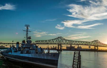 USS Kidd y el puente del río Mississippi en Baton Rouge