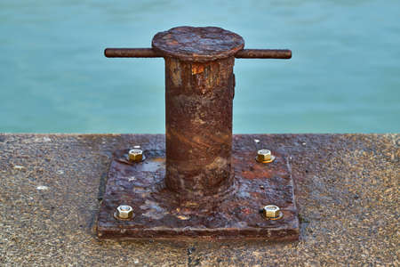 A heavily rusted samson post style single bitt mooring bollard for boats Zdjęcie Seryjne