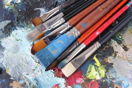 palette et ses pinceaux colorés Banque d'images
