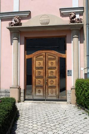 hedge: Elegant entrance door