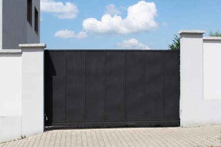 Moderne zwarte poort en hemel op de achtergrond Stockfoto