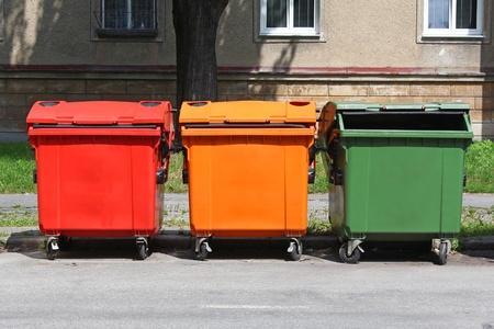 separacion de basura: papeleras de reciclaje colorido de la calle