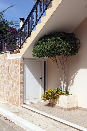 greek pot: Primo piano della casa greca con albero in miniatura in una pentola