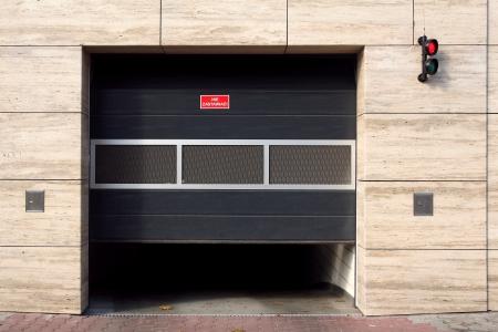 大理石の壁にガレージのドア