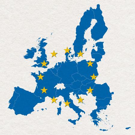 Carte et drapeau de l'Union européenne sur fond blanc à la main la texture du papier
