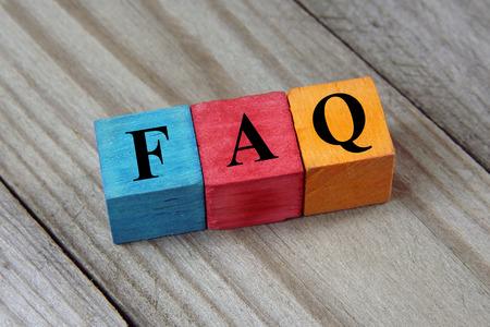 Concept van de FAQ woord op houten kleurrijke kubussen
