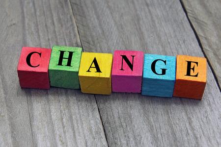 concept van verandering word op houten kubussen