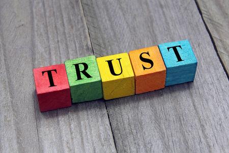 Het concept van vertrouwen word op houten kubussen