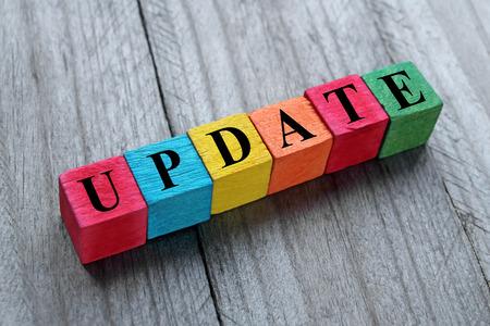actualización de la palabra en cubos de madera de colores