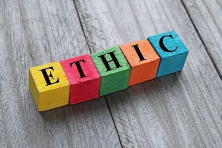 ethic: Parola etica su cubi di legno colorati