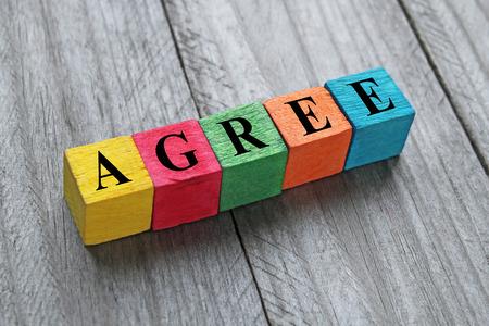 agree: Palabra de acuerdo en los cubos de madera de colores