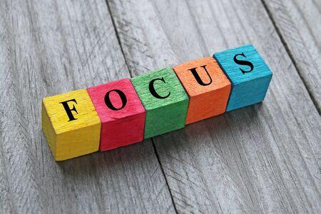 Woord focus op kleurrijke houten kubussen