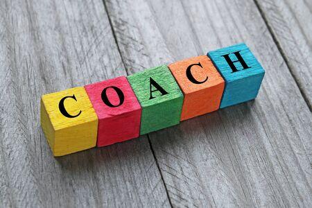 mot de l'entraîneur sur des cubes en bois coloré Banque d'images
