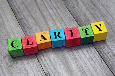 duidelijkheid woord op kleurrijke houten kubussen Stockfoto