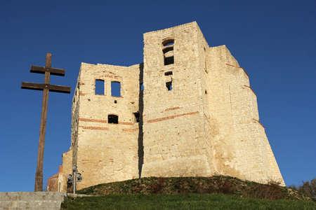 kazimierz dolny: wooden cross and castle ruins in Kazimierz Dolny, Poland Stock Photo